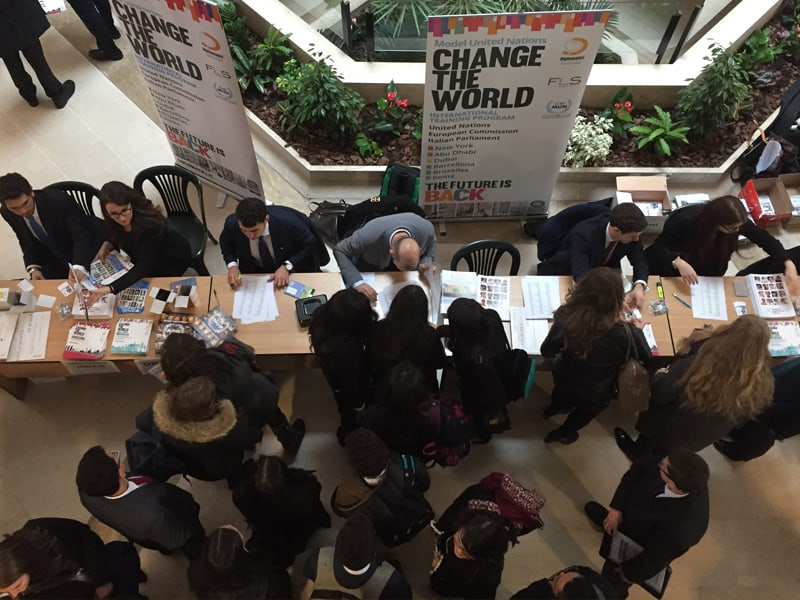 Gli studenti del CWMUN Rome si accalcano al banco del Conference check-in prima dell'inizio dei lavori di Commissione.